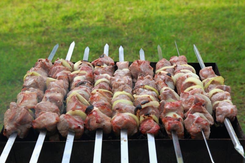 Rodziny przyjęcie z faworyt piec na grillu jedzeniem grill Jedzenie i napój zdjęcia stock