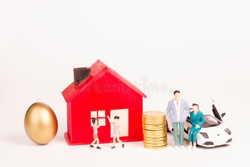 Rodziny z rodzicami, dzieci, samochód stwarzają ognisko domowe, własność obrazy royalty free
