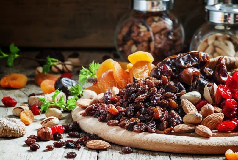 Rodzynki, wysuszeni winogrona, suszący - owoc i dokrętka mieszamy, selekcyjna ostrość zdjęcia stock