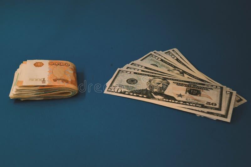 Roebel en dollar De strijd van de roebel en de dollar in de moderne financi?le wereld Muntverhouding, Concept stock fotografie