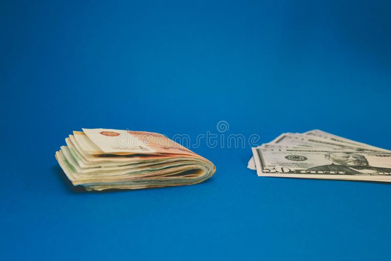Roebel en dollar De strijd van de roebel en de dollar in de moderne financi?le wereld Muntverhouding, Concept royalty-vrije stock afbeelding