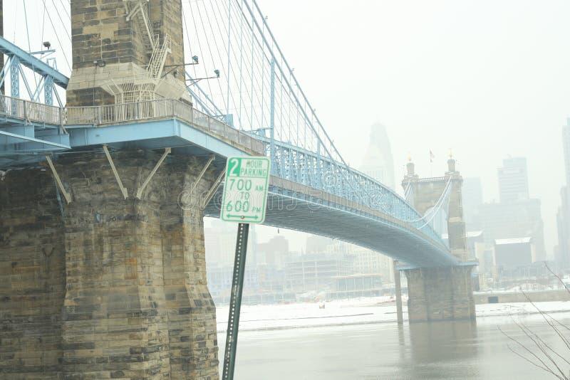 roebling αναστολή του Κινκινάτι John Οχάιο γεφυρών Γέφυρα αναστολής Roebling στο χειμερινό χιόνι σε Cincin στοκ εικόνα