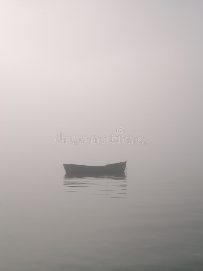 Roeiboot in mist stock fotografie