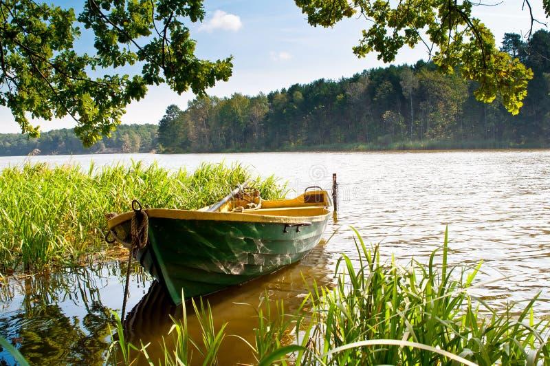 Roeiboot op het meer royalty-vrije stock foto