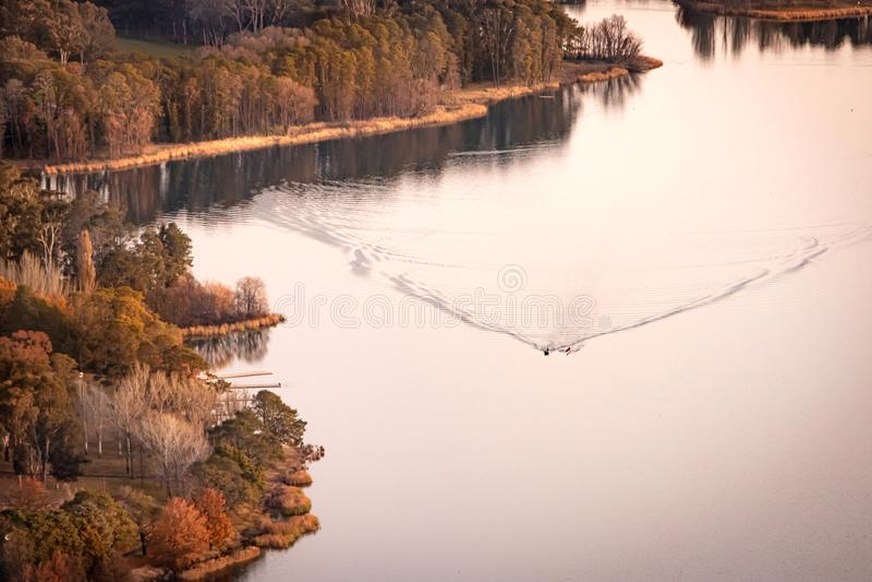 Roeien bij het Sunset Lake Burley Griffin Canberra Australia stock foto's