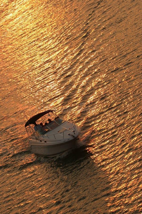 Roeien bij zonsondergang royalty-vrije stock foto's