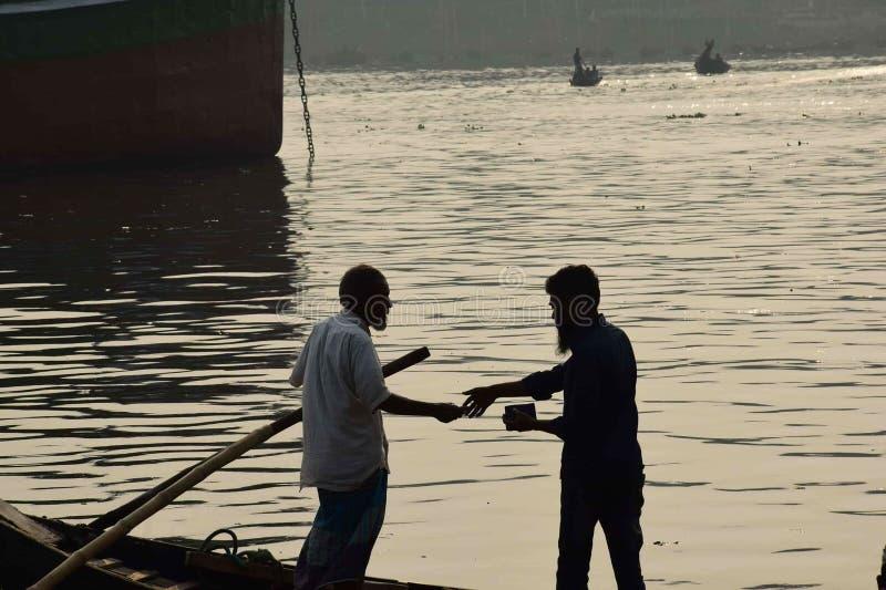 Roeien en het Verdienen in rivier Bangladesh stock foto's