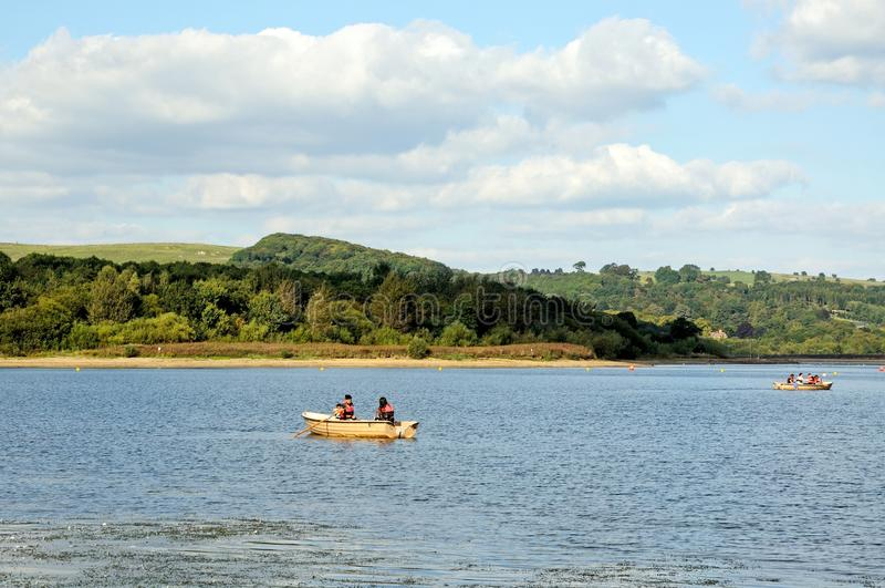 Roeien op Carsington-reservoir royalty-vrije stock fotografie