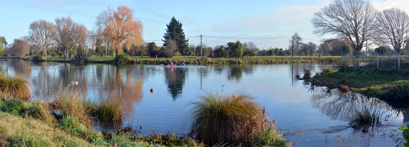 Roeiend bij Kerrs-Bereik Christchurch in de Winterpanorama, Nieuw Zeeland royalty-vrije stock foto's