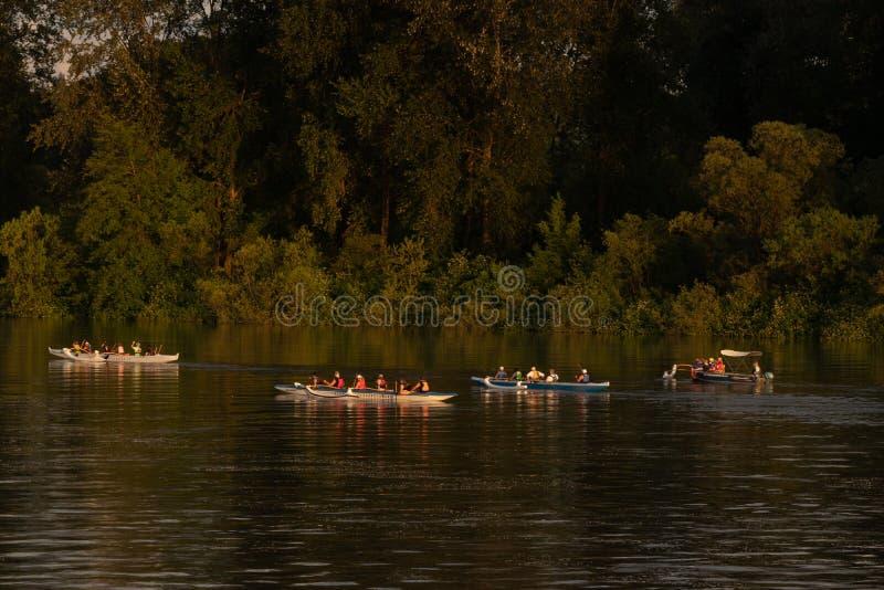 Roeiers die lange shells onderaan de rivier rennen stock afbeelding