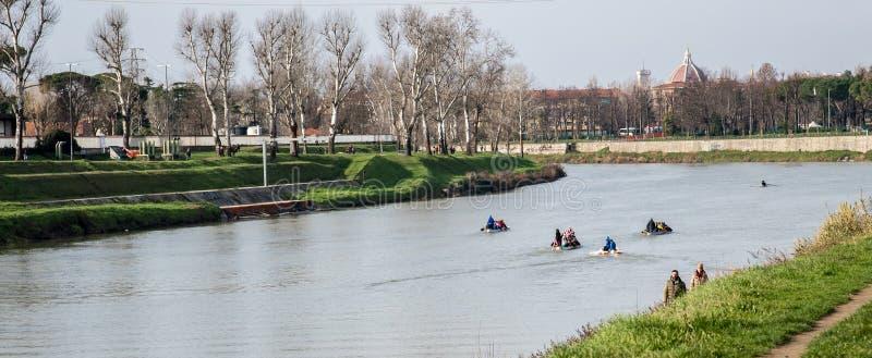 Roeiers in opleiding op de Arno-rivier stock afbeelding