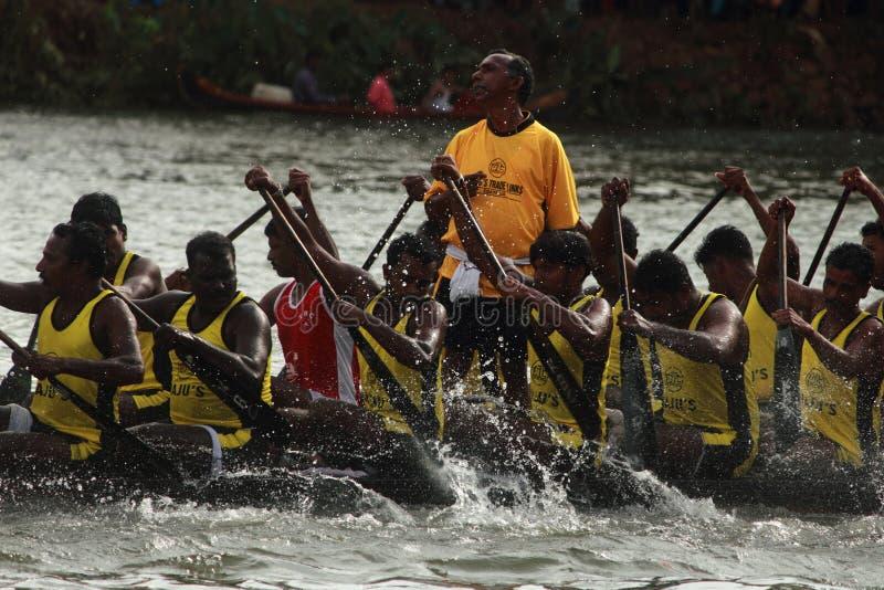 Roeiers van een team van de slangboot stock foto