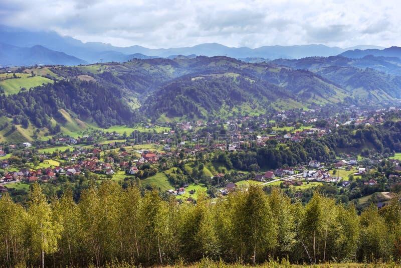Roemeens Dorp in de Karpatische Bergen stock foto's