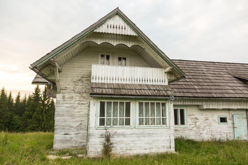 Roemeens helling en dorp in de zomertijd stock foto