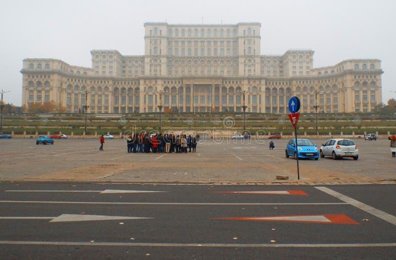 Roemeens het parlementshuis in een mistdag stock foto