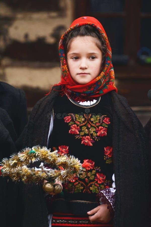 Roemeens meisje in folklorekostuum royalty-vrije stock foto