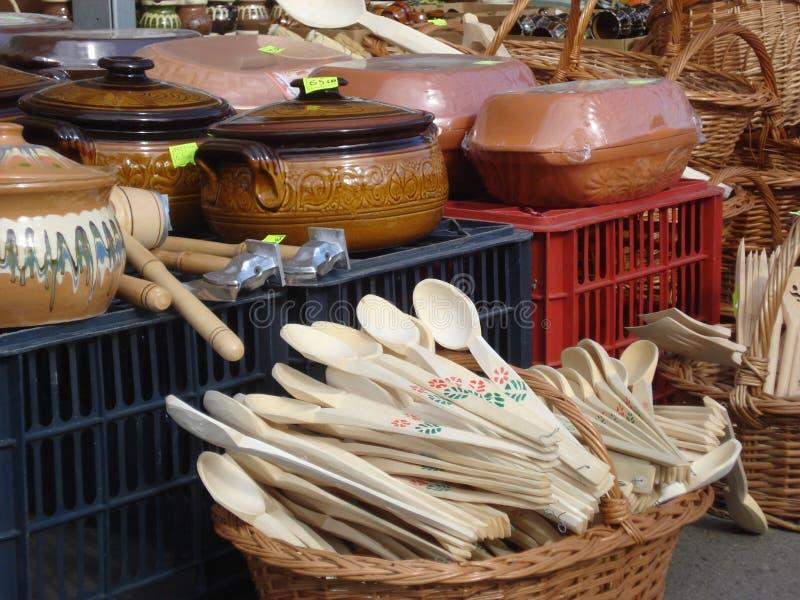 Roemeens traditioneel aardewerk bij openluchtmarkt stock afbeelding