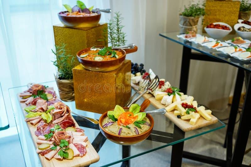 Roemeens voedsel op lijst royalty-vrije stock fotografie