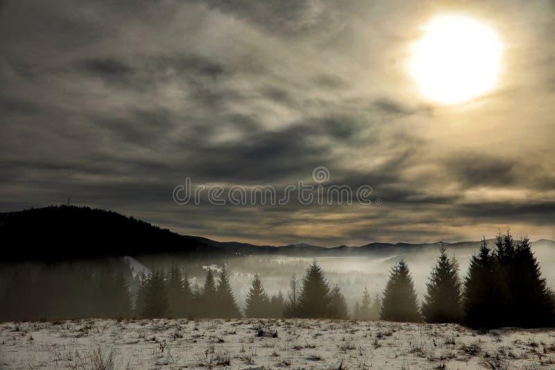 Roemeense bergen in een mistige middag royalty-vrije stock foto