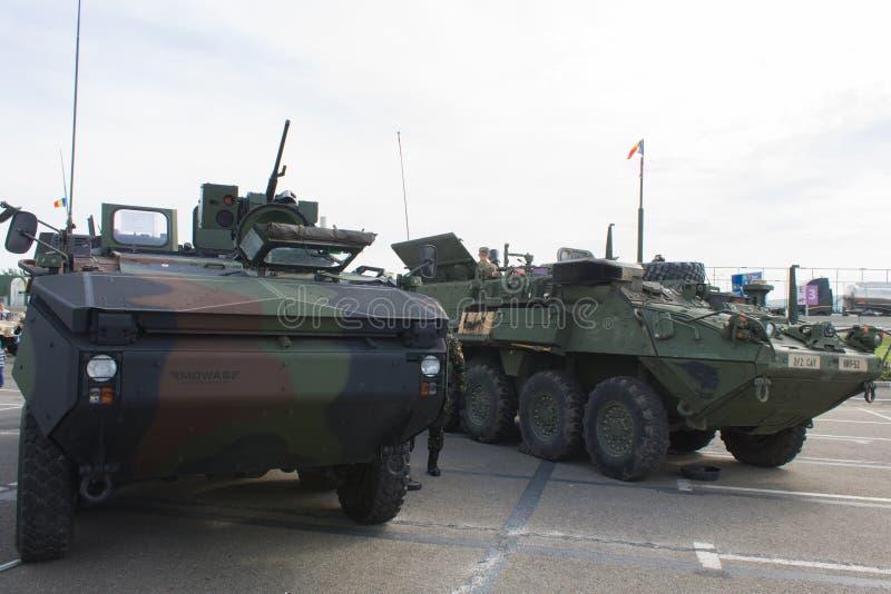Roemeense en APC van de V.S. met de de NAVO Caravan stock foto's