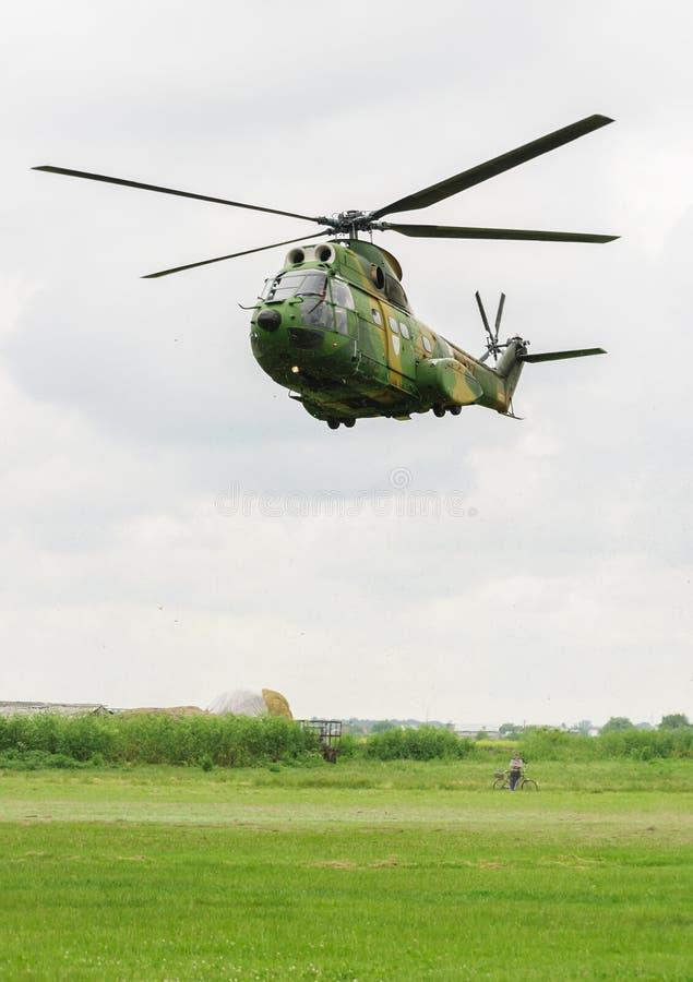 Roemeense medevac helikopter die het gras blazen royalty-vrije stock afbeeldingen