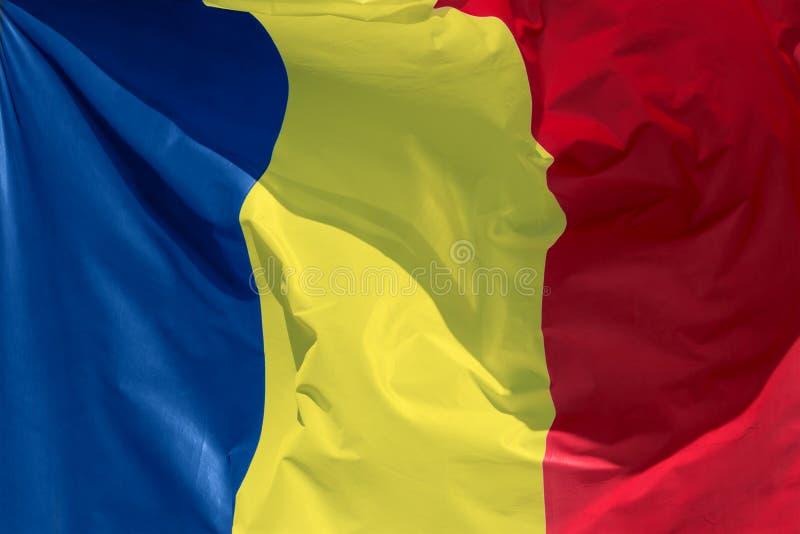 Roemeense vlag die in de wind drijven royalty-vrije stock foto's