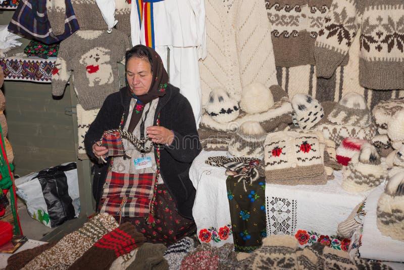 Roemeense vrouw in traditionele kleren royalty-vrije stock fotografie