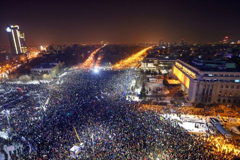 Roemenen protesteren tegen corruptiebesluit stock afbeeldingen