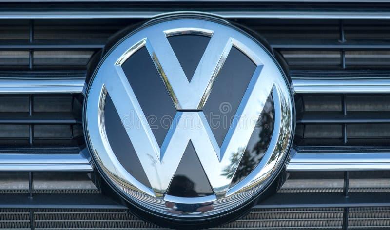 2 Roemenië-SEPTEMBER 2017: Volkswagen-embleem op 2 September 2017 in ROEMENIË Volkswagen is een Duitse automobiele fabrikant head stock afbeeldingen