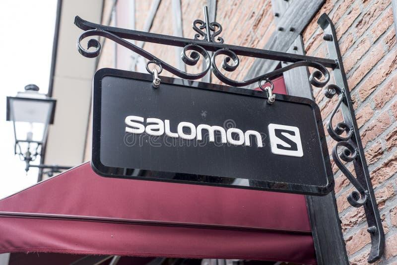 Roermond Países Baixos 07 05 Logotipo 2017 da loja dos esportes de Salomon na área de compra de Mc Arthur Glen Designer Outlet imagens de stock royalty free