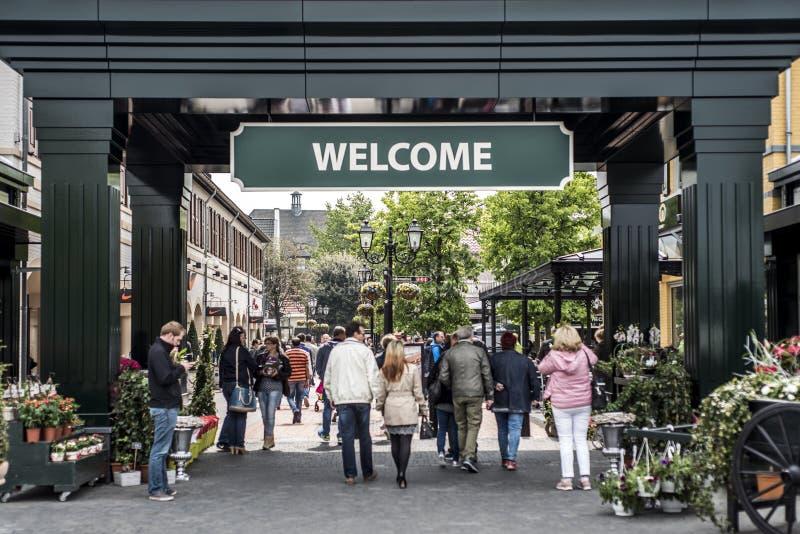 Roermond, Países Baixos 07 05 2017 povos que andam ao redor na área do shopping de Mc Arthur Glen Designer Outlet fotos de stock royalty free