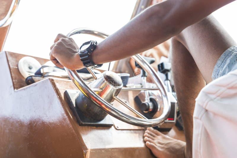 Roerpost op varende boot stock fotografie