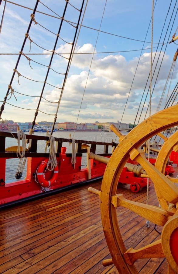 Roerwiel van een oude houten zeilboot Details van het dek van het schip royalty-vrije stock afbeeldingen