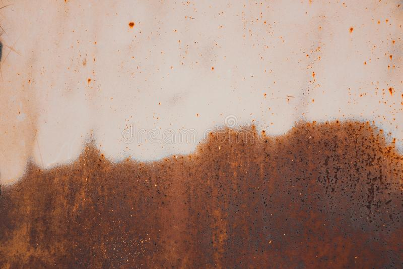 roest en erosie op halve het gebiedsoppervlakte van het metaalblad stock foto