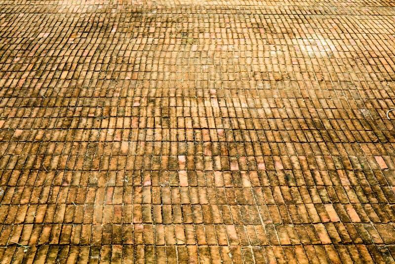 Roest en erosie van oude baksteenvloer stock foto's