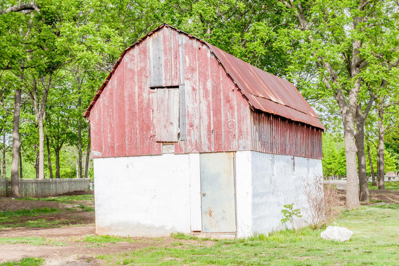 Roest en grunge schuur in landbouwlandbouwbedrijf royalty-vrije stock afbeelding