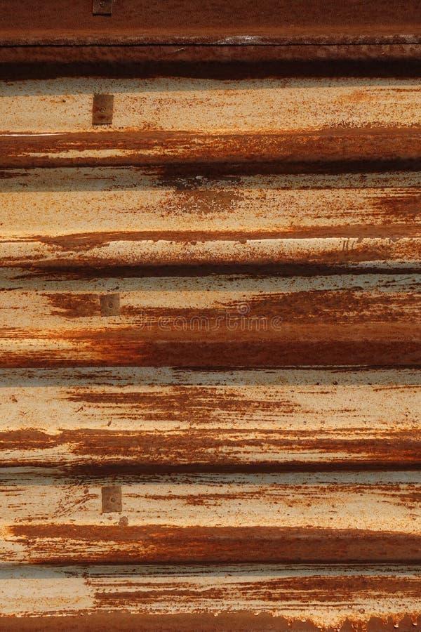 Roest op de klier Golfijzerblad met schil gele verf Textuur en achtergrond Geel rood stock fotografie