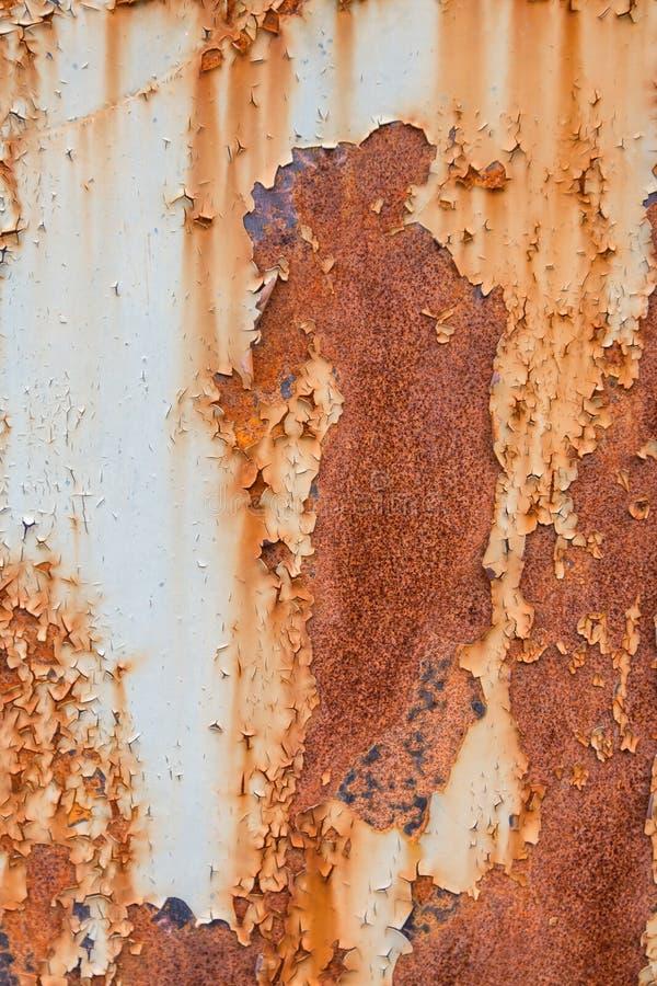 Roest op de muur als achtergrond stock afbeeldingen