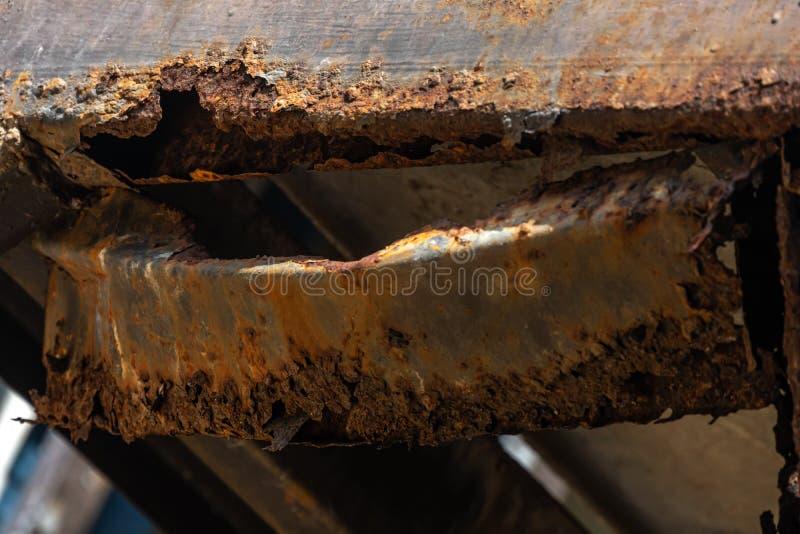 Roest op staal structurele kolommen stock foto