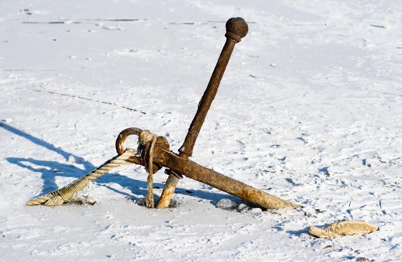 Roestig anker in ijs royalty-vrije stock fotografie