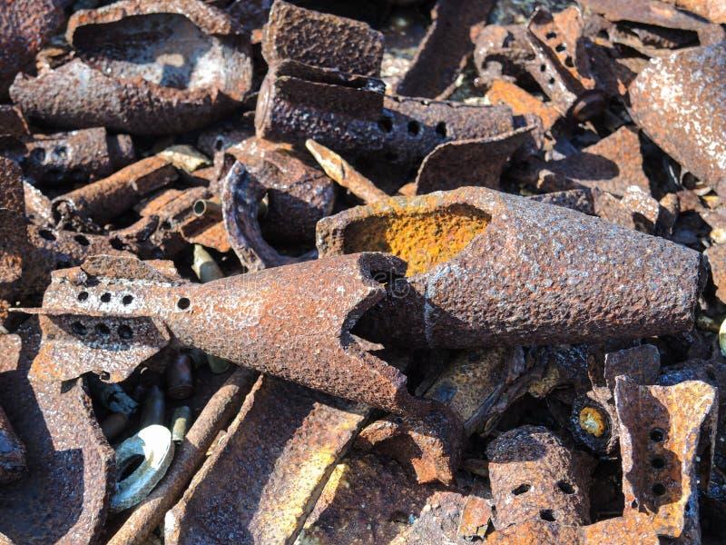 Roestig bomshell geval van tweede wereldoorlog die in de bergen dichtbij de geulen Musta Tuntury Rybachy wordt gevonden royalty-vrije stock afbeeldingen