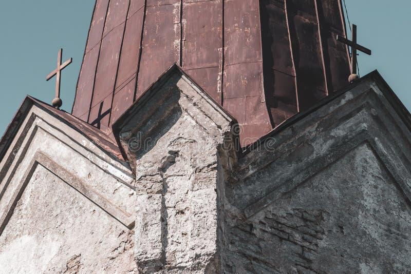 Roestig dak van een kerk met twee kruisen stock afbeeldingen