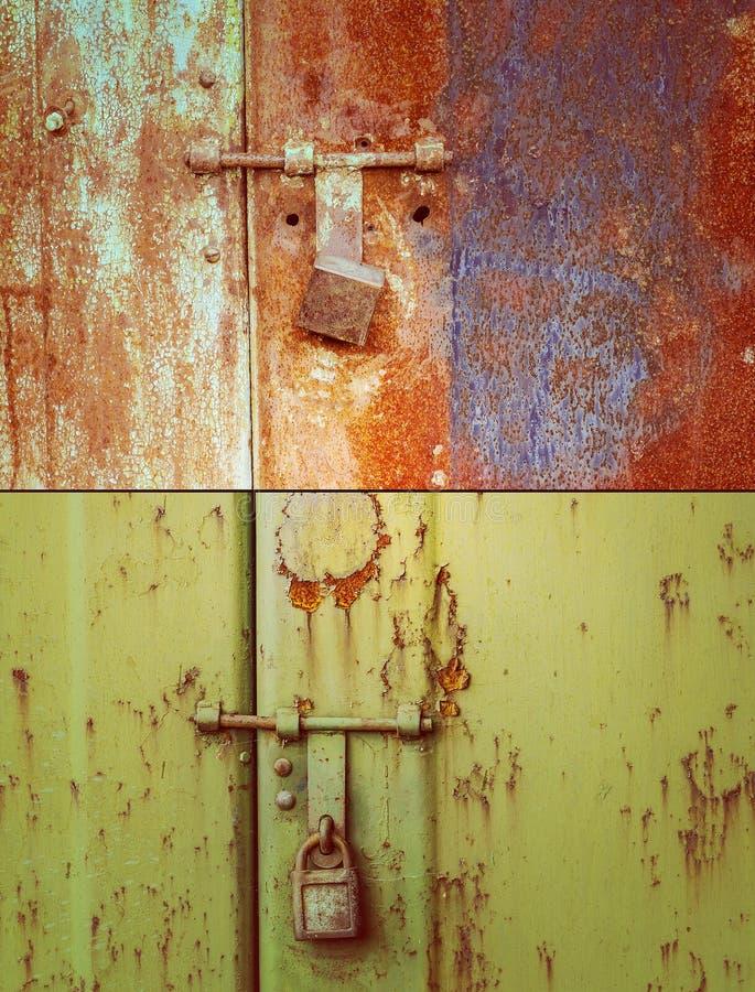 Roestig deur en slot stock fotografie