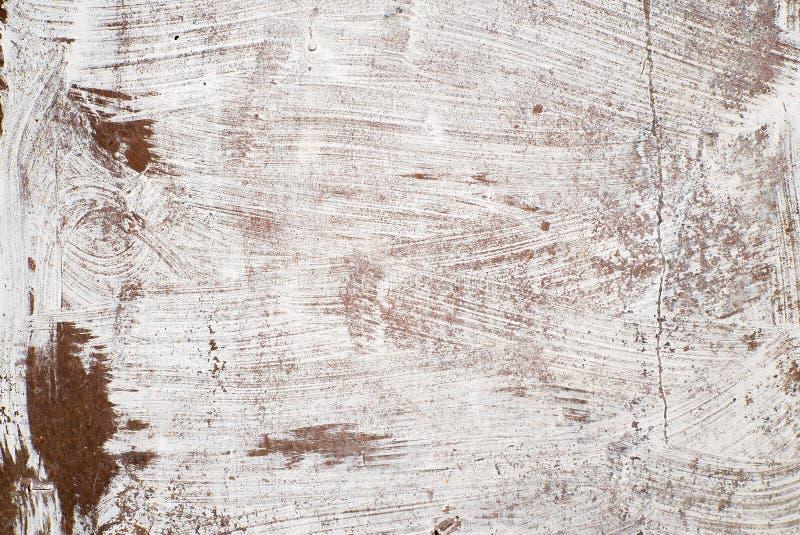 Roestig die ijzer met witte verf wordt geschilderd stock fotografie