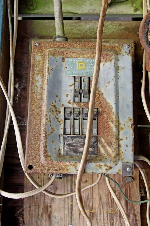 Roestig elektropaneel stock foto's