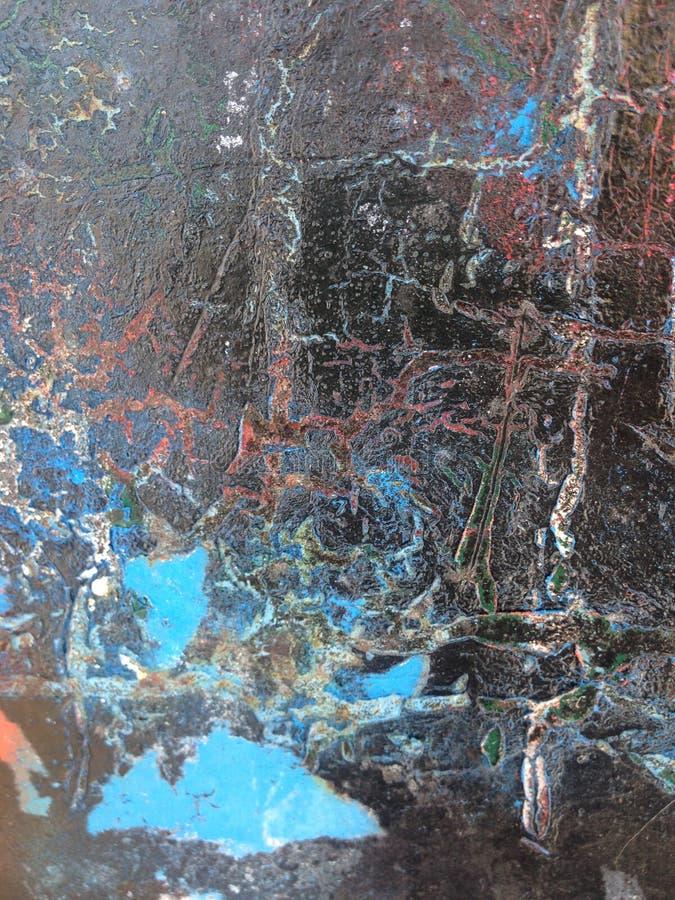 Roestig en geschaafd oppervlakte ijzig blauw met de wenk van rood op zwarte royalty-vrije stock foto's
