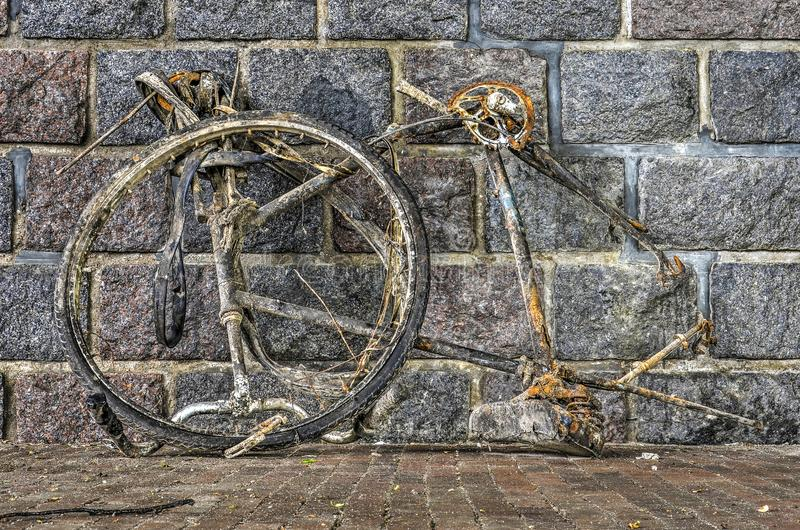 Roestig fietswrak stock afbeeldingen