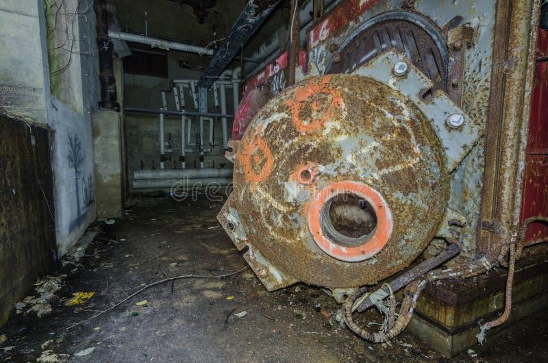 Roestig fornuis in een fabriek stock foto's