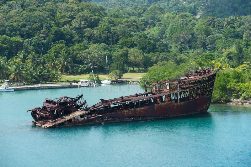 Roestig gedaald schip of wrak royalty-vrije stock foto