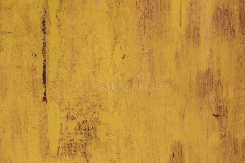 Roestig ijzer als achtergrond met resten van gekleurde verf Oranje Achtergrond stock afbeelding